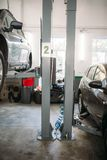 Ремонт автомобиля на подъеме в гараж, никто стоковое изображение rf