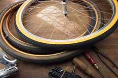 Ремонт велосипеда Ремонтирующ или изменяющ автошину винтажного велосипеда Стоковые Фотографии RF