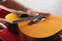 Ремонт гитары и обслуживание - гайка моста работника меля Стоковые Фото