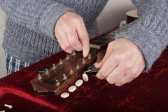 Ремонт гитары и обслуживание - строки починки работника новые Стоковое Изображение
