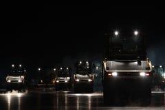Ремонт дороги, ролики вибрации на мостоваой асфальта работает Стоковая Фотография
