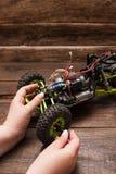 Ремонт игрушки модели автомобиля Rc Стоковые Фотографии RF