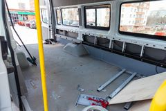Ремонт и дополнительное оборудование автомобиля тележки позади фургона с большим багажным отделением во время обслуживать с стоковые изображения rf
