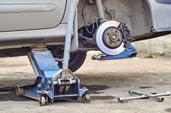 Ремонт колеса автомобиля outdoors Стоковые Изображения RF