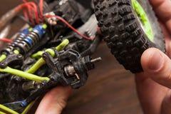 Ремонт колеса игрушки модели автомобиля Rc Стоковые Фото