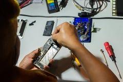 Ремонт мобильного телефона Стоковая Фотография RF
