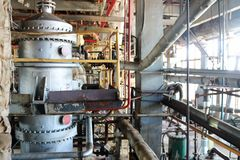 Ремонт оборудования химического процесса трубопроводов, насосов, танков, теплообменных аппаратов, фланцов и клапанов на химикате стоковое фото
