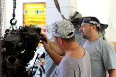 Ремонт принятого двигателя автомобиля 2 людьми стоковое фото rf