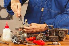 Ремонт старого двигателя автомобиля частей в мастерской Стоковые Фотографии RF
