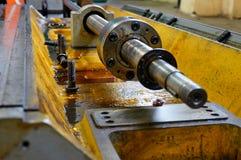 Ремонт токарного станка, шлифовального станка, направлять и splined вала закройте вверх по деталям старой машины стоковое фото rf