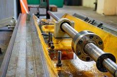 Ремонт токарного станка, шлифовального станка, направлять и splined вала закройте вверх по деталям старой машины стоковая фотография