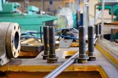 Ремонт токарного станка, шлифовального станка, направлять и splined вала закройте вверх по деталям старой машины стоковые фото