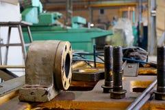 Ремонт токарного станка, шлифовального станка, направлять и splined вала закройте вверх по деталям старой машины стоковое фото