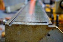 Ремонт токарного станка, шлифовального станка, направлять и splined вала закройте вверх по деталям старой машины стоковое изображение
