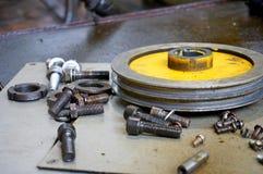 Ремонт токарного станка, шлифовального станка, направлять и splined вала закройте вверх по деталям старой машины стоковые фотографии rf