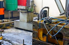 Ремонт токарного станка, шлифовального станка, направлять и splined вала закройте вверх по деталям старой машины стоковые изображения rf