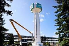 Ремонт часов башни Работники на час-столбце ремонта крана, часы на башне, краска, обновление, выполняют косметические ремонты стоковое изображение