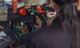 Ремонт электронных устройств Стоковые Фотографии RF