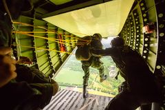 Ренджеры парашютировали от воинских самолетов, солдат парашютировали Стоковые Фотографии RF
