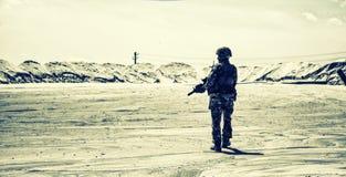 Ренджер армии в патруле боя в районе пустыни стоковая фотография rf