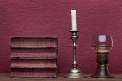 Ренессанс, бокал rummer, старые книги и держатель для свечи стоковые изображения