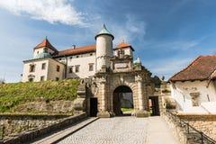 Ренессанс и барочный замок на холме в nicz› Nowy WiÅ, меньшей Польше, Польше стоковое фото rf