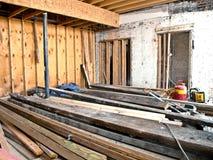 Реновация/конструкция комнаты с пиломатериалом на поле Стоковые Изображения