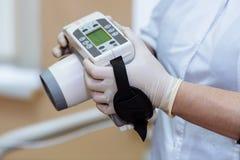 Рентгенизируйте прибор в руках оборудования дантиста, медицинского инструмента Концепция здоровая Стоковое Изображение