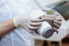 Рентгенизируйте прибор в руках оборудования дантиста, медицинского инструмента Концепция здоровая Стоковое Изображение RF