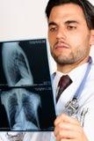 Рентгеновские снимки доктора рассматривая Стоковое Изображение