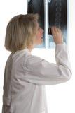 Рентгеновский снимок доктора рассматривая с loupe Стоковое фото RF