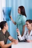 Рентгеновский снимок пациента во время медицинского назначения стоковые фото