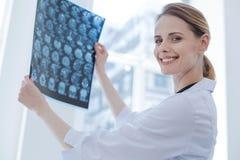 Рентгенограмма радостному специалисту по луча x рассматривая приводит к на лаборатории Стоковые Фотографии RF