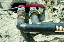 Репарация и реконструкция трубопровода топления района параллельные с улицей с загородкой сети безопасности строительной площадки стоковое фото