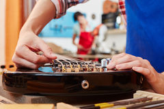 Репарация электрической гитары Стоковые Фото