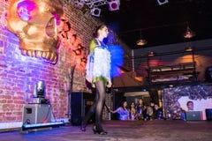 Репетиция перед хаосом искусства представления моды в ночном клубе Bla стоковые изображения rf