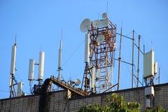 Репитеры сети базовых станций радиосвязи на крыше здания Клетчатая антенна связи на roo здания Стоковое фото RF