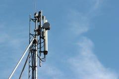 Репитер антенны клетки на предпосылке голубого неба Стоковое Изображение RF