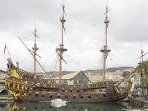 Реплика Нептуна испанского galleon состыкованного в Генуе Италии стоковые изображения rf