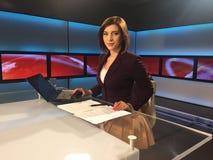 Репортер ТВ на столе новостей Стоковое Изображение