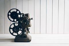 Репроектор кино на белой деревянной предпосылке стоковые фотографии rf