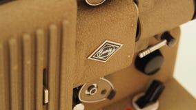 репроектор 8 mm бежать с винтажным фильмом стоковая фотография