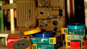 репроектор 8 mm бежать с винтажным фильмом стоковые фото