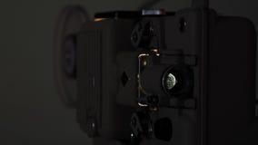 репроектор 8 mm бежать с винтажным фильмом стоковая фотография rf
