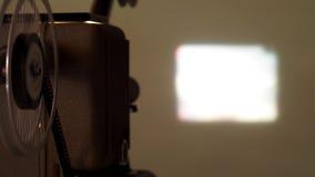 репроектор 8 mm бежать с винтажным фильмом стоковые изображения