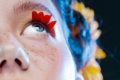 Ресницы любят лепестки цветков Красивая маленькая девочка в изображении флоры, портрета конца-вверх стоковое фото