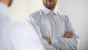 Респектабельный средн-постаретый директор компании тщательно подготавливая для работы, зеркала стоковое изображение