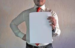 Респектабельный человек в стиле дела в белой рубашке с красной связью и больших руках на белой предпосылке Стоковая Фотография RF