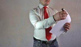 Респектабельный человек в стиле дела в белой рубашке с красной связью и больших руках на белой предпосылке Стоковые Фотографии RF