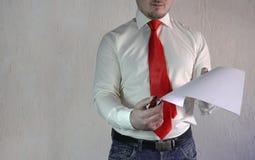 Респектабельный человек в стиле дела в белой рубашке с красной связью и больших руках на белой предпосылке Стоковая Фотография